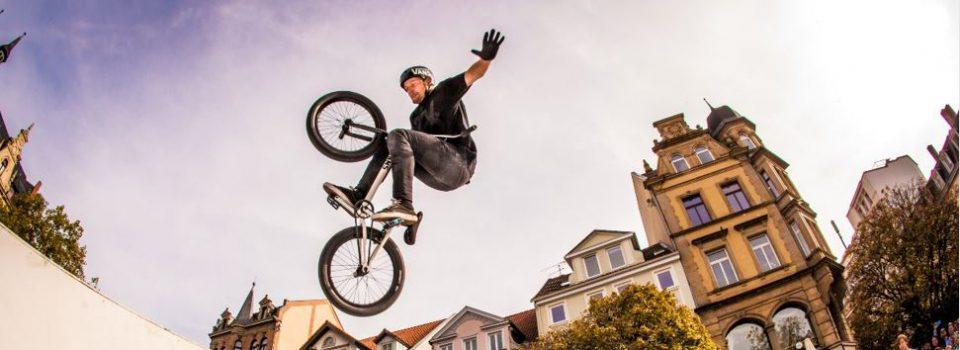 Beim trendsporterlebnis 2017 können Besucherinnen und Besucher auf dem Kohlmarkt die waghalsigen Stunts der BMX-Profis aus dem Mellowpark Berlin bestaunen.