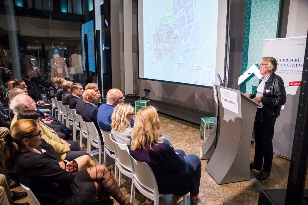 Der von DC Values beauftragte Braunschweiger Architekt Heiko Vahjen gab einen historischen Exkurs zum Standort Sack 5, an dem das zukünftige neue Geschäftshaus – derzeit noch ohne Namen – die Braunschweiger zum Besuch einlädt. Foto: Arbeitsausschuss Innenstadt Braunschwieg e. V. / Philipp Ziebart.