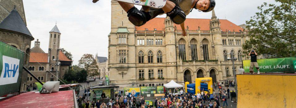 Auf dem Platz der Deutschen Einheit begeisterten die Skater vom Mellowpark Berlin mit ihren Tricks 'Judo Air' oder 'Frontside Tail Grip' in der Halfpipe.